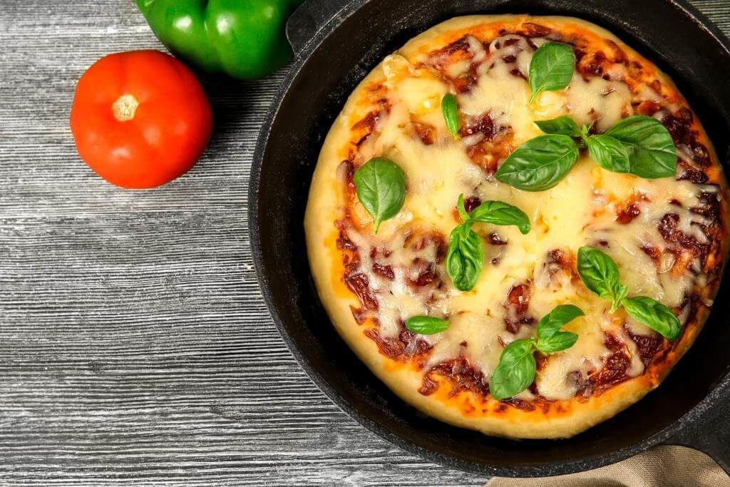 pitsa-na-kefiri-smetani-batoni-yak-prygotuvaty-pitsu-na-skovorodi-shvydko-ta-smachno-5