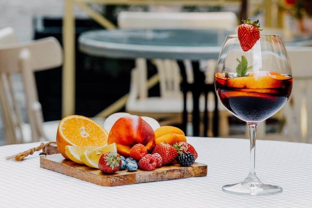 retsept-sangriyi-miks-vynnoyi-terpkosti-ta-fruktovoyi-svizhosti-7