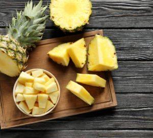yak-pochystyty-ananas-majsterno-narizaty-ta-podaty-1