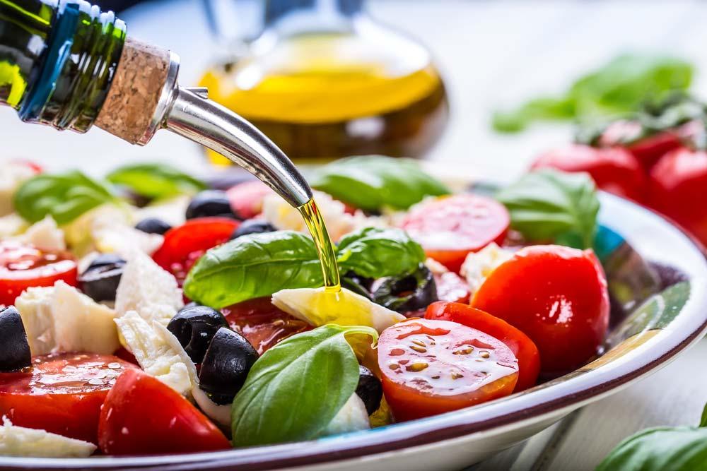 poyednuyemo-salaty-zi-stravamy-pravylno