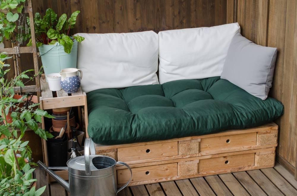 launzh-zona-na-balkoni-po-spravzhnomu-komfortnyj-simejnyj-vidpochynok
