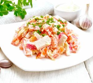 yak-prygotuvaty-salat-z-krabovymy-palychkamy-ta-polyubyty-jogo-nazavzhdy